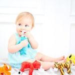 Первые игрушки для ребенка: что и как выбрать?